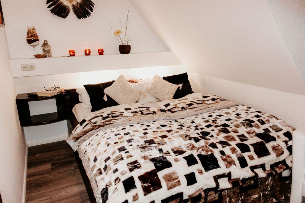 Bett, Kissen, Decke, Schräge Wand, Kerzen, Lampe, Nachttisch