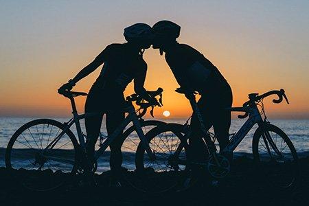 2 Radfahrer, Meer, Sonnenuntergang