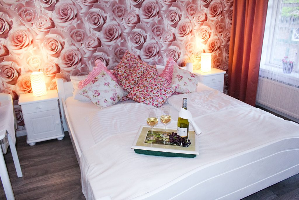 Rosenzimmer Doppelbett Forsthaus Wingst 2 1024x683 - Doppelzimmer
