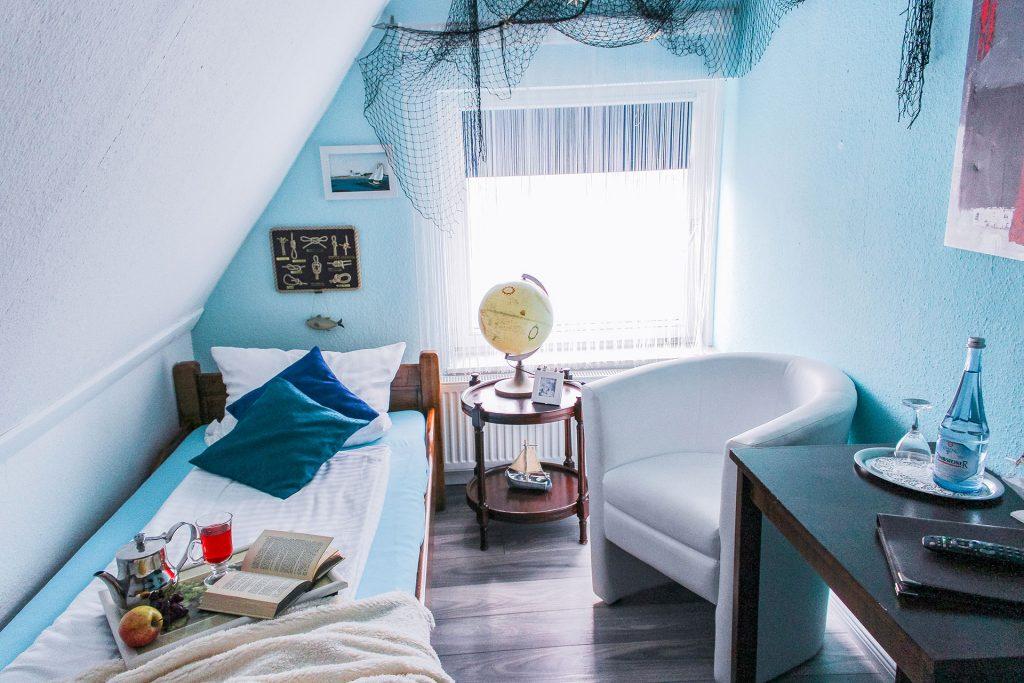 Einzelbett, Sessel, Schreibtisch, Fenster, Kissen, Nachtschrank, Lampe