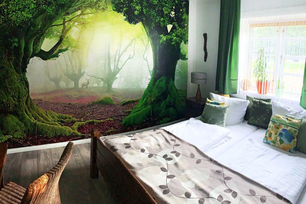 Fototapete mit Wald, Bett, Stuhl, Fenster