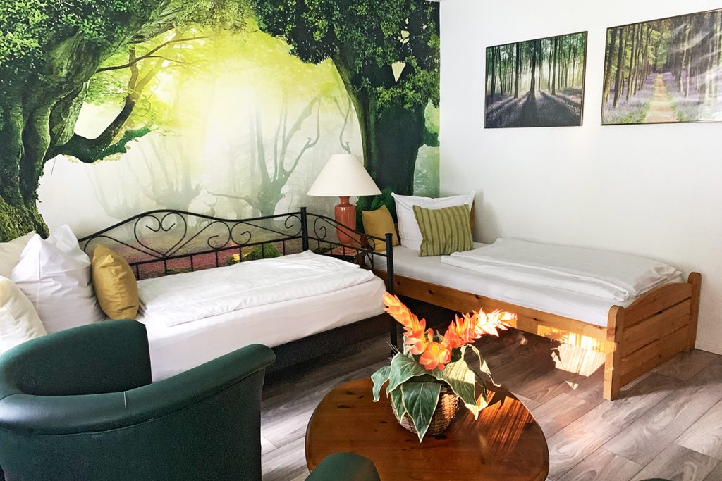 2 Betten, 2 Sessel, Fototapete, Blume, Bilder
