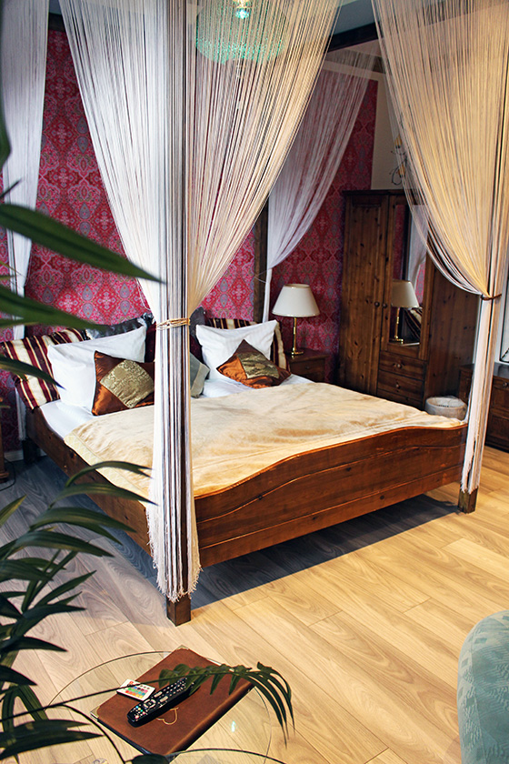 Doppelbett, Himmelbett, Kissen, Rote Tapete