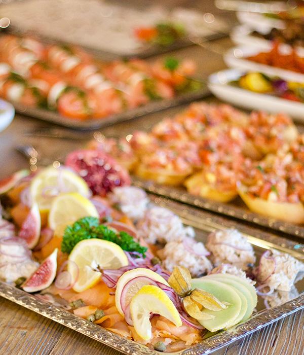 Platten mit Lachs, Bruschette, Tomate-Mozarella, Buffet