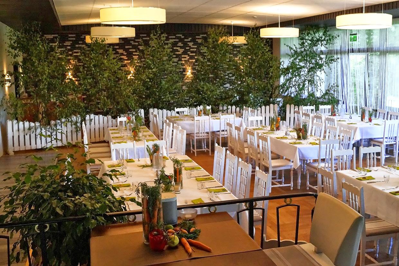 Saal Forsthaus Wingst, Stuhl und Tischreihen, Buffet
