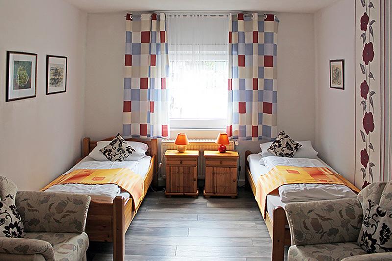 Zweibettzimmer, zwei Betten, zwei Nachtschränke