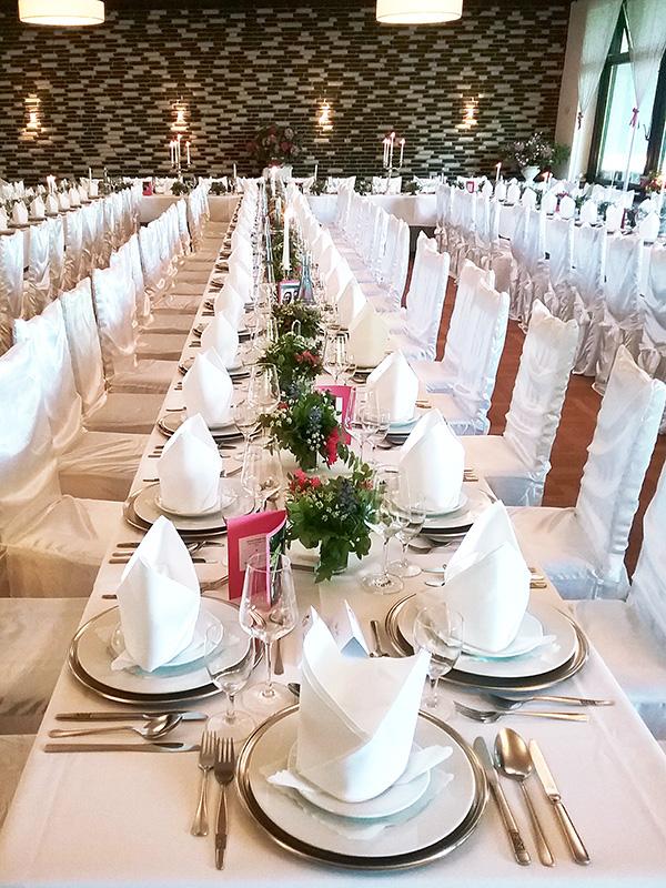 Saal Forsthaus Wingst, lange gedeckte Tafel für Hochzeit